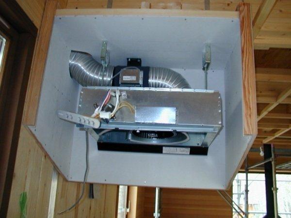 Производим монтаж вытяжки в шкафу над газовой плитой