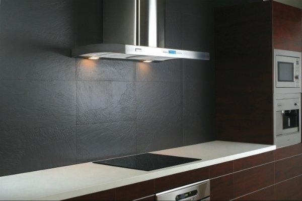 Подвесная плоская модель вытяжки в интерьере кухни