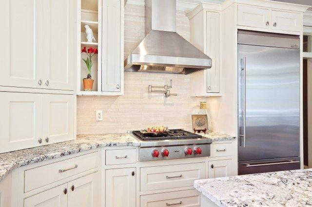 Куполный вариант вытяжки в интерьере кухни