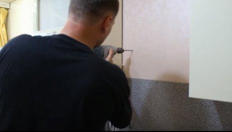 Сверлим отверстия в стене