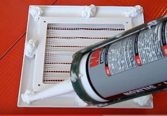Наносим герметик на вентиляционную решетку