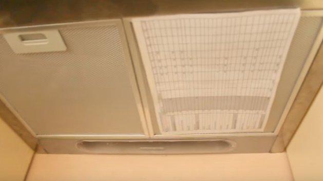 Проверяем работоспособность вытяжки с помощью листа бумаги