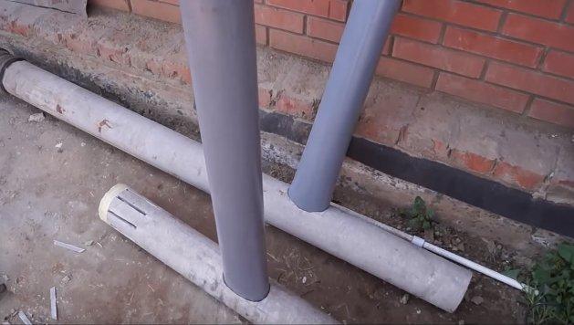 Вставляем пластиковые трубы в асбестовые